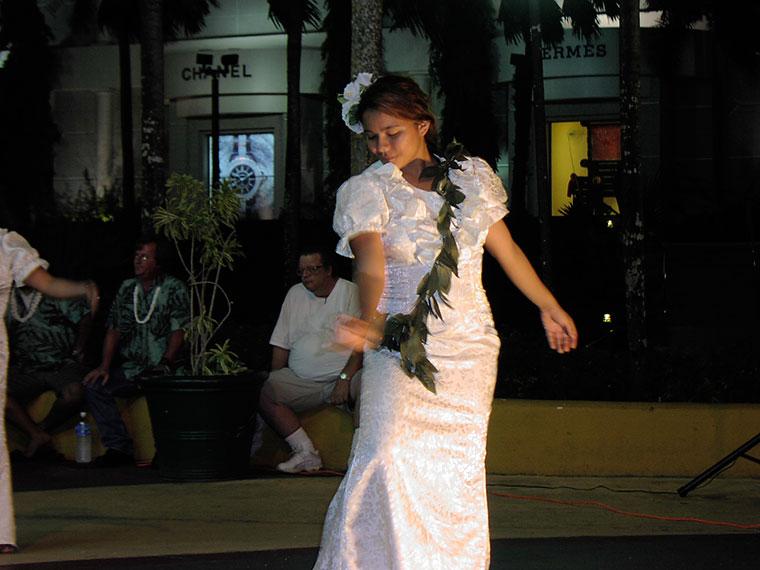 グアムで踊る少女