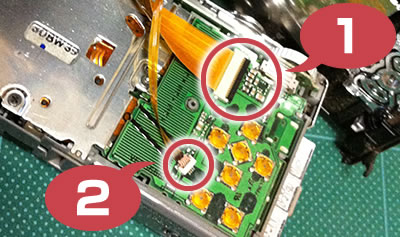 DMC-FX35 分解手順3:液晶モニタのフレキケーブルを外す